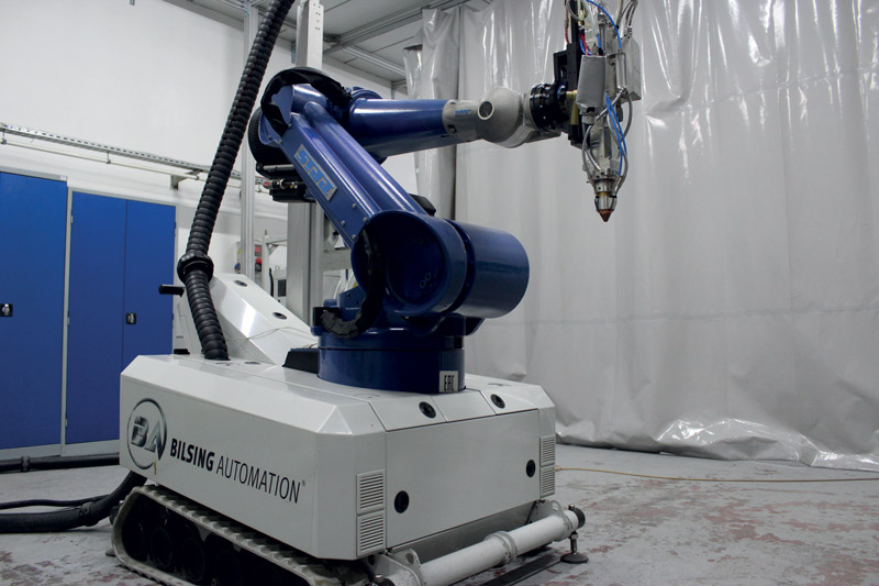 Bilsing Automation ha equipaggiato un robot mobile con sorgente di raggi laser, testa di lavorazione EHLA e sistema di alimentazione della polvere. Questo ha portato alla prima stazione mobile EHLA al mondo.