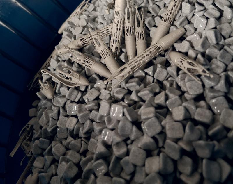 Le parti sono state sottoposte a un processo di sabbiatura e quindi di lucidatura, utilizzando una macchina di vibrofinitura.