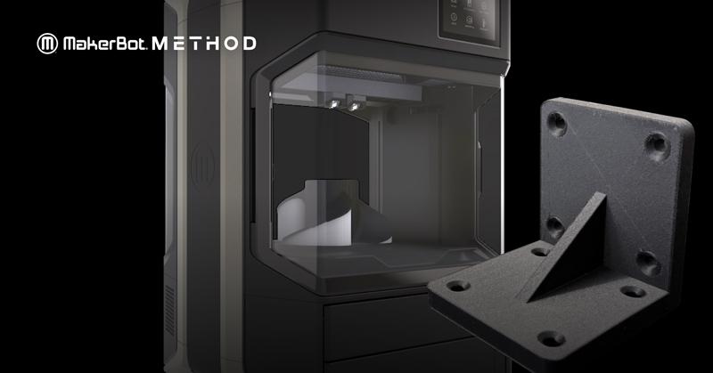 Il Nylon 12 Carbon Fiber MakerBot® è progettato per offrire un'esperienza di stampa 3D con fibra di carbonio più fluida e prestazioni uniformi in qualsiasi ambiente.