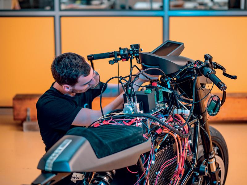 L'alloggiamento del display frontale è stato realizzato rapidamente, recapitato e, dopo verniciatura, montato sulla moto per uso finale.