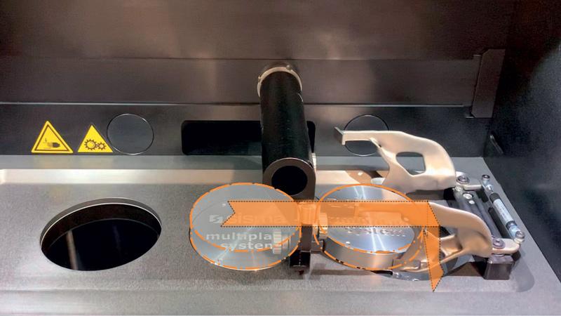 Multiplate è un dispositivo opzionale, integrato nella camera di lavoro, che consente a MYSINT100 di effettuare il processo di stampa 3D su più piattaforme in successione in modo completamente autonomo e senza interruzioni..