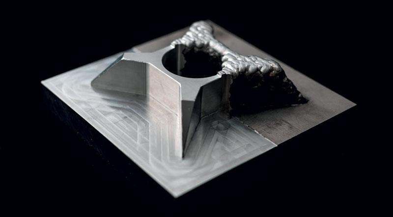 Un pezzo di test con angoli acuti, tasche e pareti realizzato per dimostrare le capacità del sistema ibrido DED.