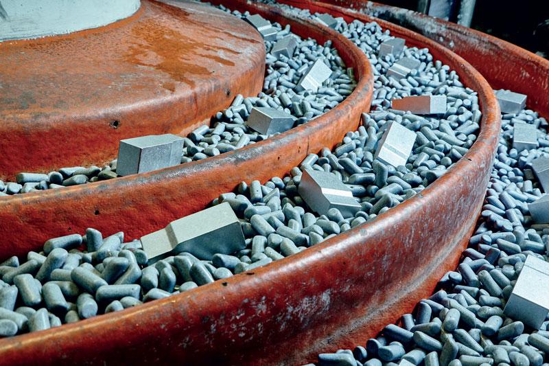Burattatura di componenti in alluminio