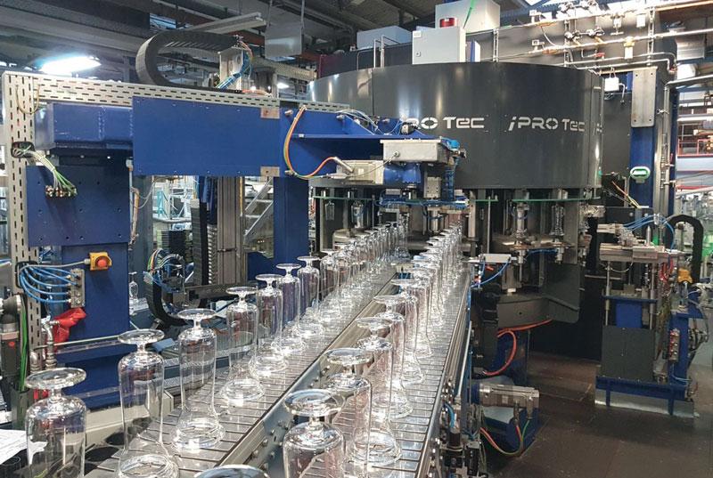 Il sistema proposto da IPROTec è una macchina completamente automatica in grado di eseguire la rimozione del tappo di un bicchiere da vino utilizzando la tecnologia di taglio SmartCleave, che raggiunge una velocità massima di 80 pezzi/min.