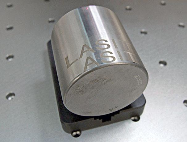 Esempio di marcatura laser su componente cilindrico.