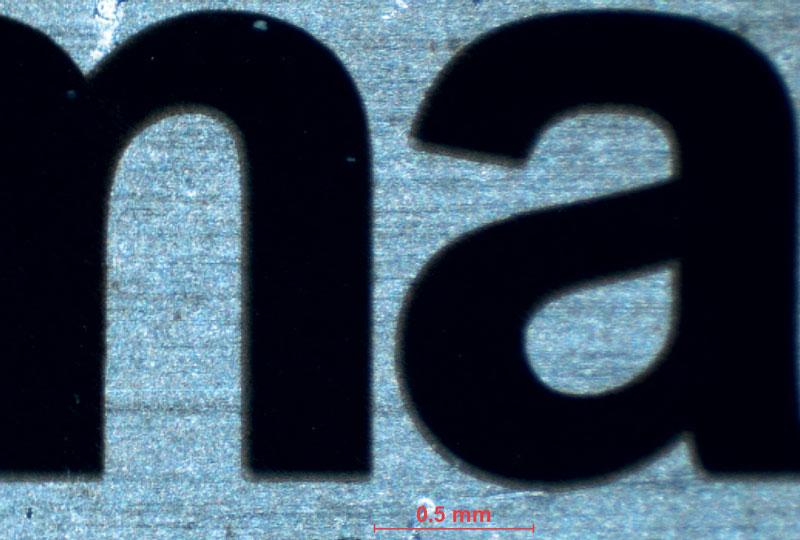 6. Esempio di marcatura su placchetta di acciaio AISI 304 (dettaglio ingrandito).