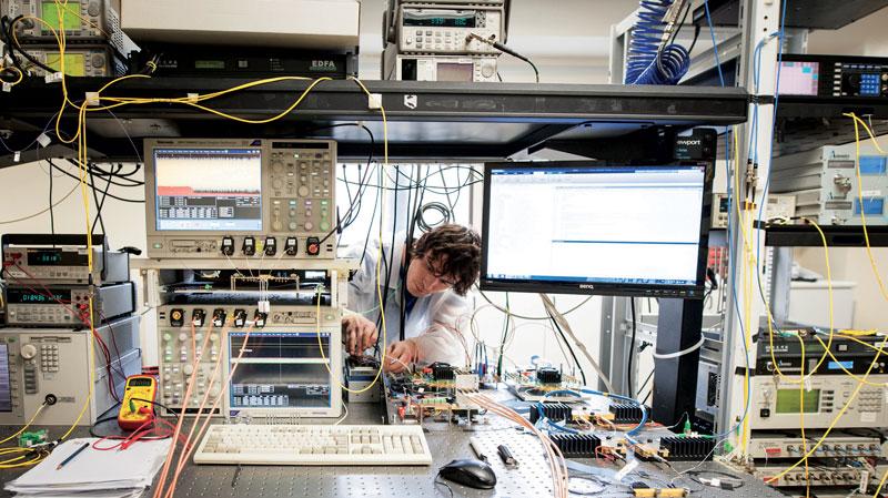 PhotoNext mira a stabilire una piattaforma tecnologica infrastrutturale allo stato dell'arte nel settore della Fotonica, incentivando il trasferimento tecnologico verso la realtà industriale.