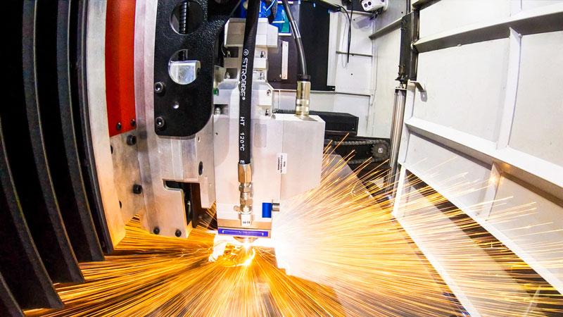 L'asse Z controlla l'altezza verticale della testa di taglio laser sopra la lamiera che viene tagliata.