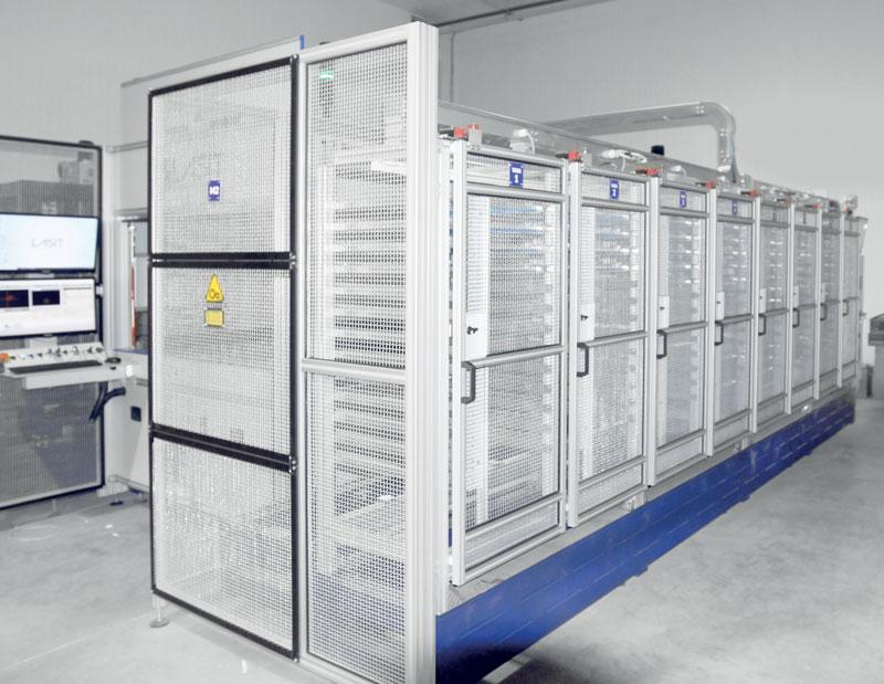 Fly Gantry MAG prevede otto magazzini per lato (nel complesso 16) e 208 pallet di caricamento.