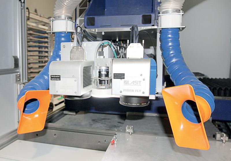 Nel cabinet ci sono un laser fibra MOPA da 50 W e un laser CO2 a 30 W che rendono la marcatrice estremamente versatile nelle applicazioni di marcatura.