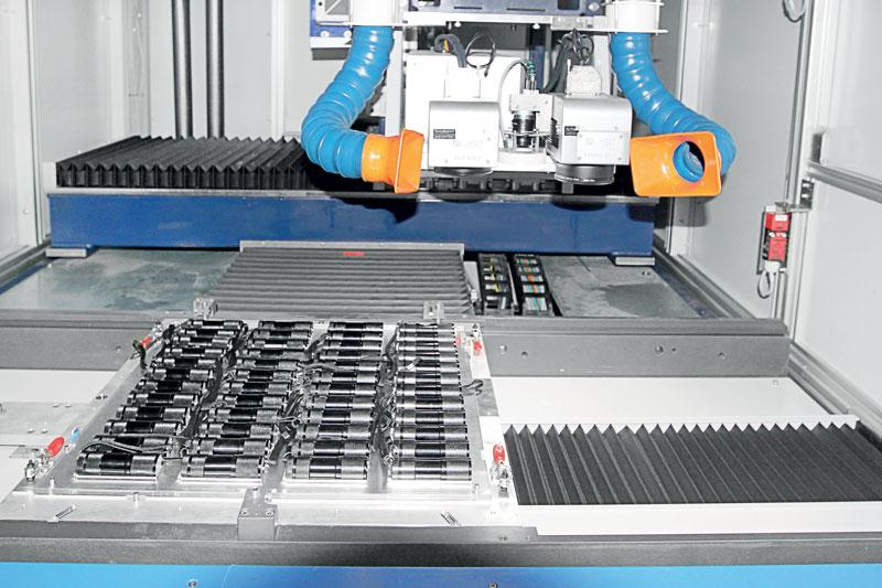 Un robot che si muove in Y-Z garantendo l'autonomia completa nelle operazioni di carico, riconoscimento pallet, posizionamento, marcatura e scarico.