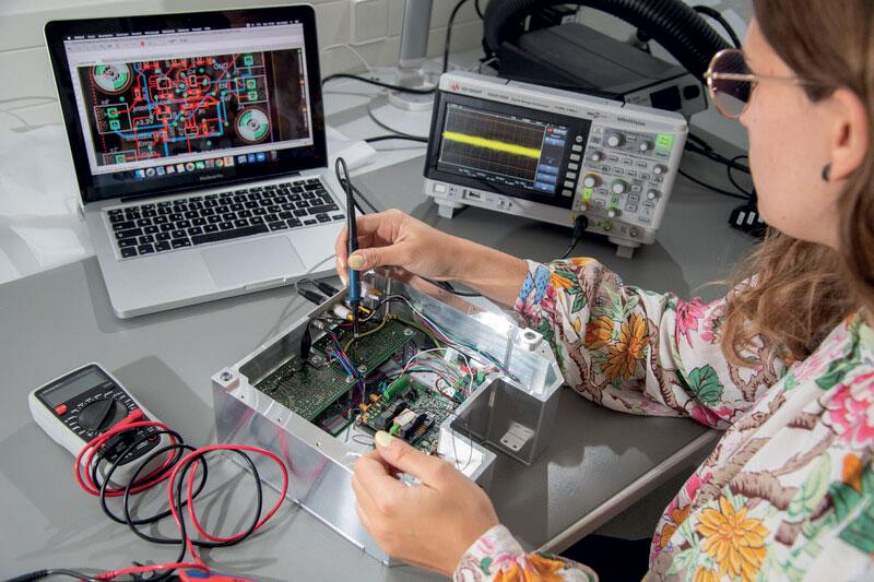 I sensori quantistici consentono misurazioni con una precisione finora tecnicamente impossibile. Qui un dipendente della Q.ANT sta testando l'elaborazione elettronica dei segnali.