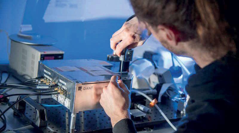 I primi test funzionali del nuovo sensore quantistico di Q.ANT e SICK hanno avuto successo. Qui un dipendente sta testando il segnale ottico del sensore.