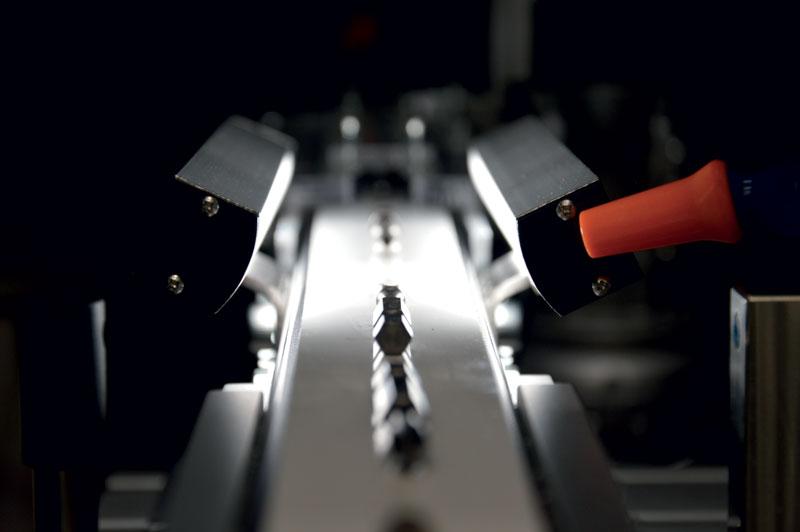 Il sistema integra un marcatore laser ad alta produttività LUX da 30 W con smart camera Cognex per la visione e il riconoscimento automatico dell'orientamento dell'inserto.