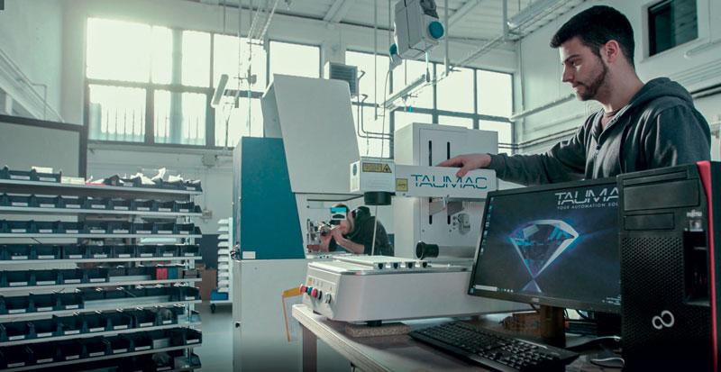 L'interfaccia operatore permette la gestione delle lavorazioni anche durante il funzionamento.