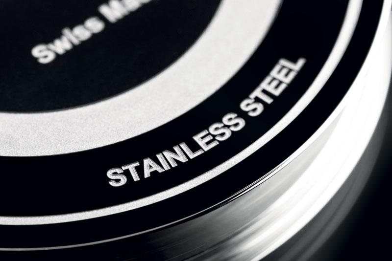 """1. Esempi delle microlavorazioni sviluppate dalla società LASEA. Vista macro e microscopica del texturing per un effetto """"nero profondo"""" (sopra); taglio e smussatura e incisione """"bianca"""" per l'industria dell'orologiera (sotto). (©LASEA)"""