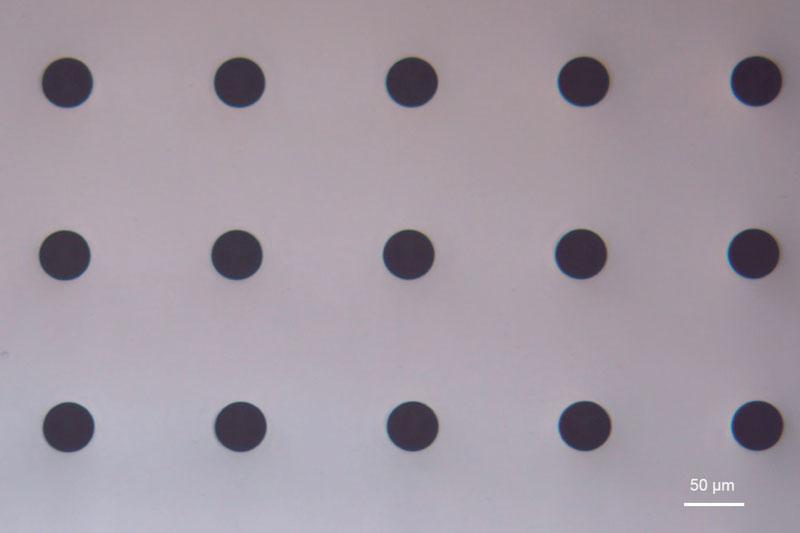 4. Esempio di microlavorazione della società Workshop of Photonics: 3.000.000 di fori su un wafer di quarzo ottico (fused silica) da 8 pollici e 500 micron di spessore. A sinistra: vista macro e a destra microscopica. (©Workshop of Photonics)