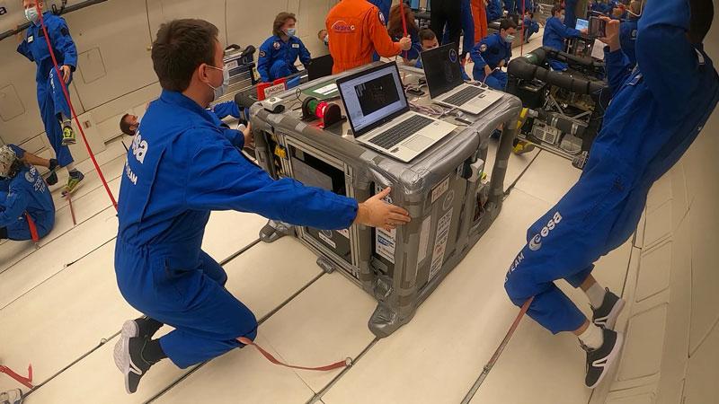 Gli aspiranti ingegneri dell'istituto AIMIS-FYT durante i test effettuati con l'Agenzia spaziale europea.