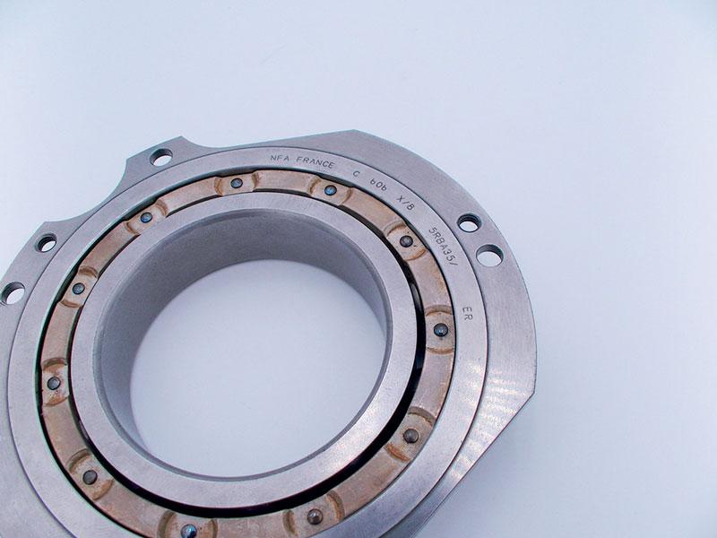 SIC MARKING ha messo a punto una stazione personalizzata, dotata di laser IPG da 50 W, con marcatura sulla faccia del cuscinetto e un laser 3D IPG in grado di effettuare una marcatura radiale sul pezzo.