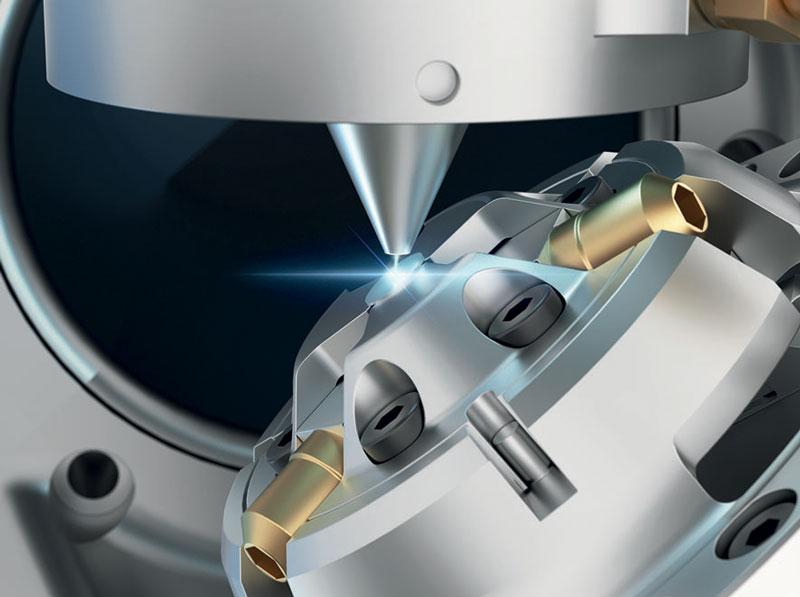 La macchina di stoba Customized Machinery per la microforatura laser integra un sistema di microelaborazione a cinque assi precSYS di SCANLAB con un laser a femtosecondi e una misurazione ottica per la correzione automatica dei risultati di foratura.