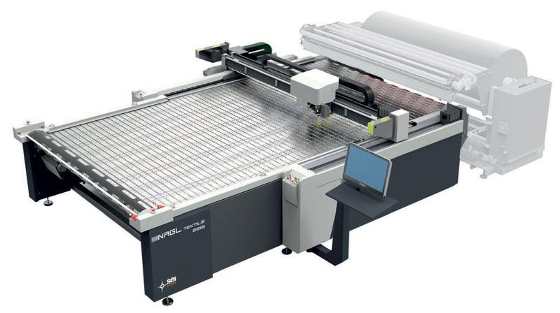 NRGL Conveyor è un sistema laser professionale progettato per il taglio di tessuto e materiali tecnici in rotolo con una larghezza fino a 3200 mm.