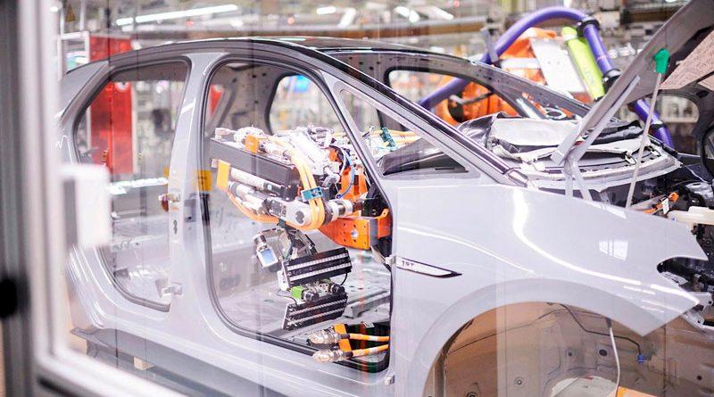 Grazie a nuovi sensori di forza, i robot possono eseguire con grande precisione compiti di assemblaggio durante la fase finale dell'allestimento.