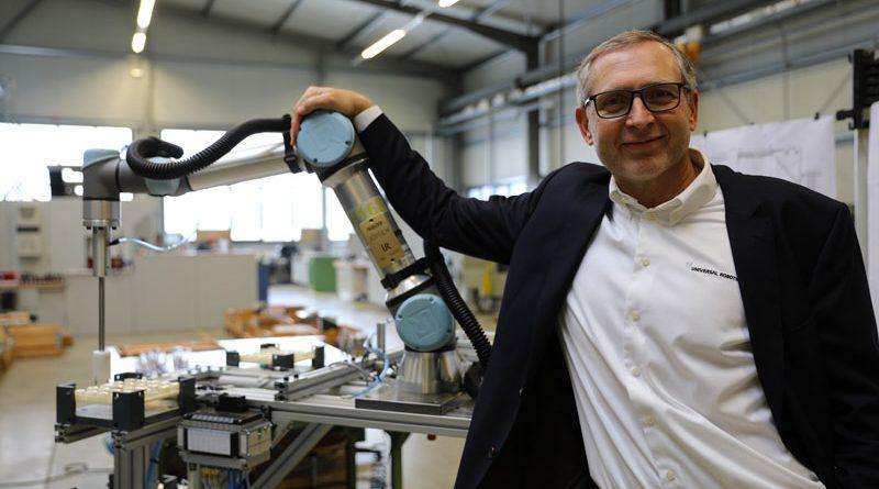 Jürgen von Hollen, presidente di Universal Robots, ha consegnato personalmente il 50.000esimo cobot a VEMA.