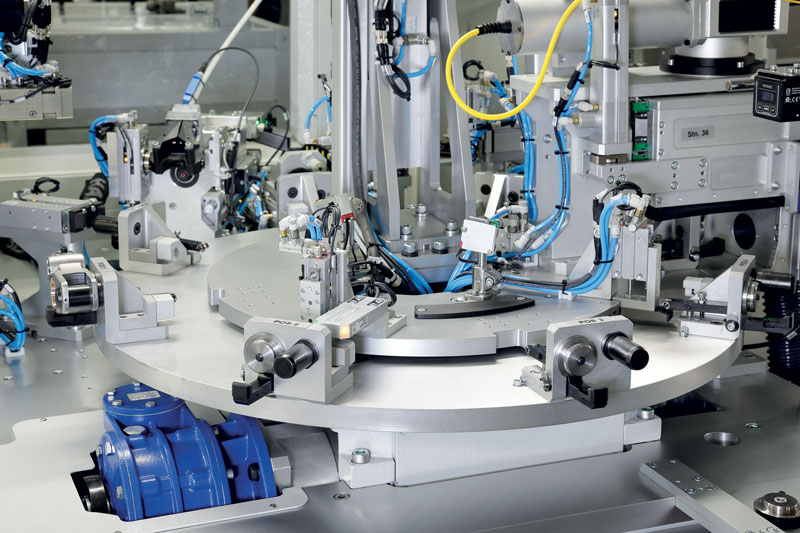 The installations made by Samac aim to automate the assembly and testing processes of various products.