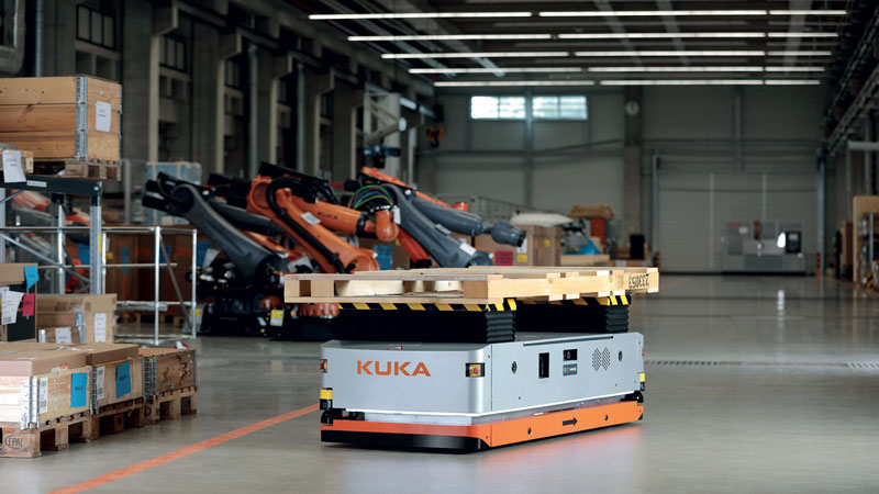The KMR iiwa extends the cobot's working area thanks to the fact that it is mounted on a mobile system able to move all around the plant.