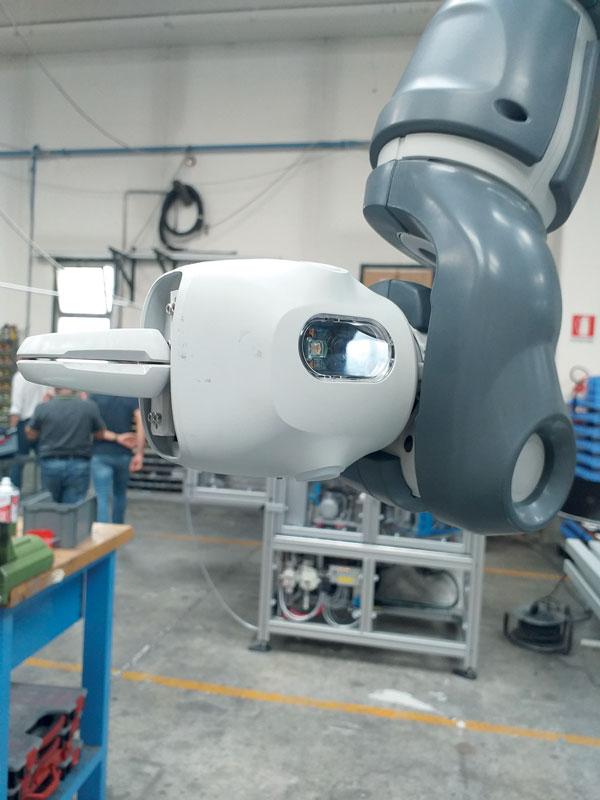 La visione artificiale integrata del cobot YuMi controlla il giusto punto di inserimento con riferimento alla posizione del compressore, e poi assicura il corretto montaggio.