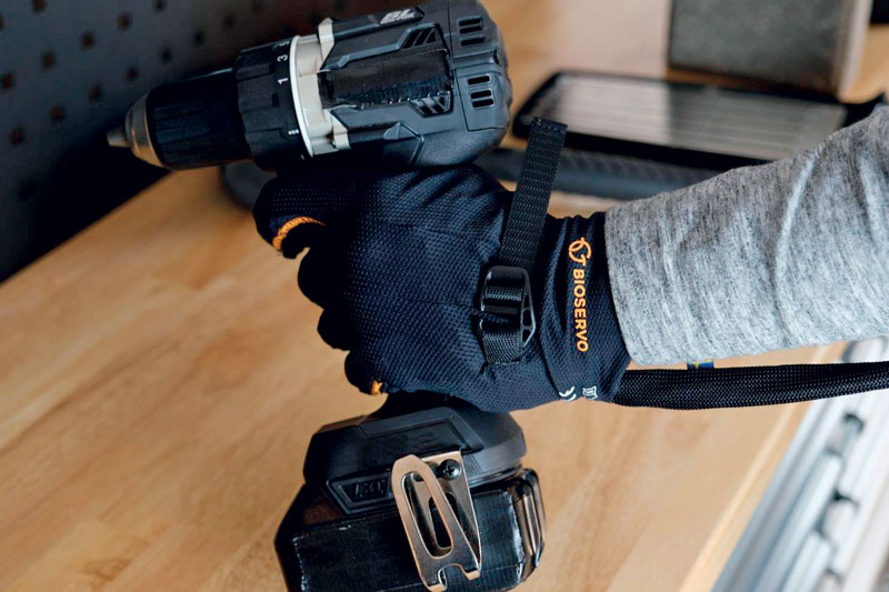 Il guanto Ironhand imita i movimenti della presa dell'utente, aggiungendo forza e resistenza.