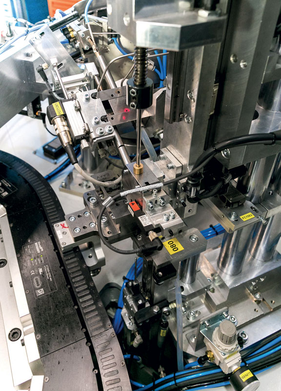The HFMS machine is an innovative system for the assembly of small components.