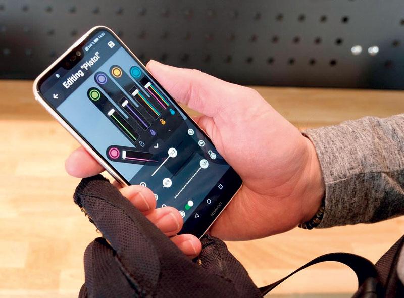 Per modificare i profili di Ironhand, l'utente preme semplicemente un pulsante sul telecomando montato nella zona del torace.