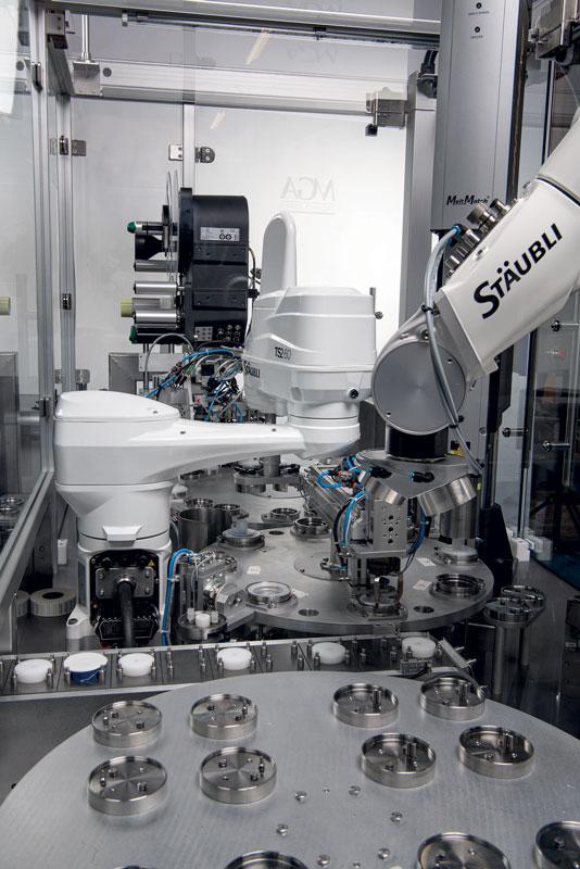 Durante la produzione di filtri, i due robot, uno Stäubli SCARA TS2-60 e un TX2-90 a 6 assi, lavorano fianco a fianco.