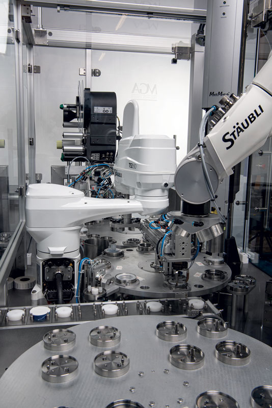 During filter production, the two robots, a Stäubli SCARA TS2-60 and a 6-axis TX2-90, work hand in hand.