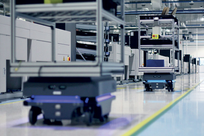 The MiR200 series used in Visteon supply supplies PCBs to SMT lines, collects of waste material and transports of finished plastic components.