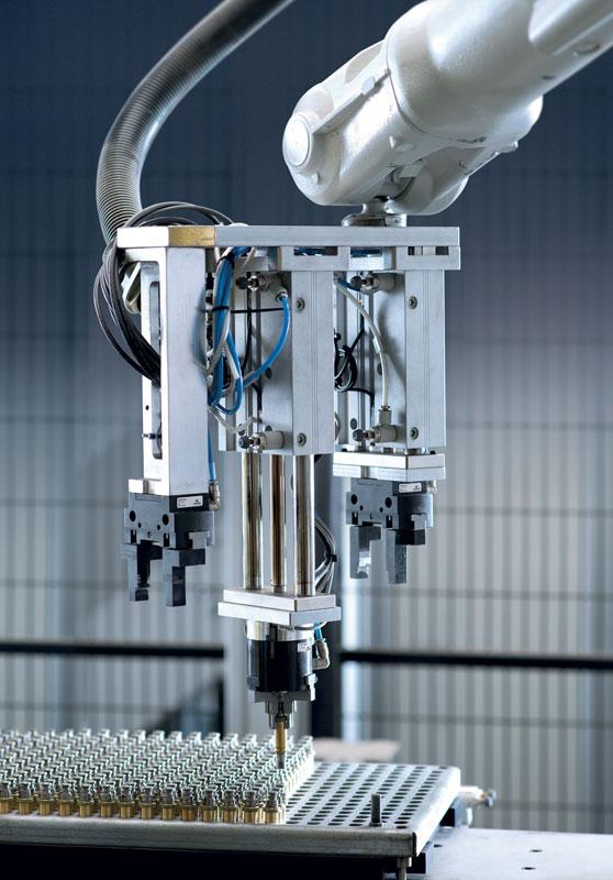 Nei processi industriali moderni che richiedono un livello di automazione sempre maggiore la manipolazione svolge un ruolo fondamentale per aumentare la produttività dei macchinari e migliorarne le prestazioni.
