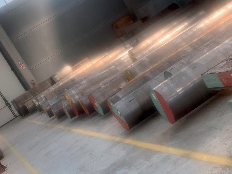 Il magazzino è dotato di tre carroponti da 15 t per carico scarico su mezzi scoperti, con ampia area di sosta per i mezzi in transito e in attesa del carico.