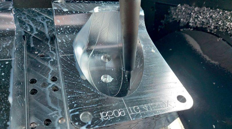 Esempio di lavorazione stampo plateau in alluminio Ergal con utensile MOLDINO EPHPB diametro 1 mm (su calettamento a caldo) in fase di ripresa raggi in 5 assi in continuo.