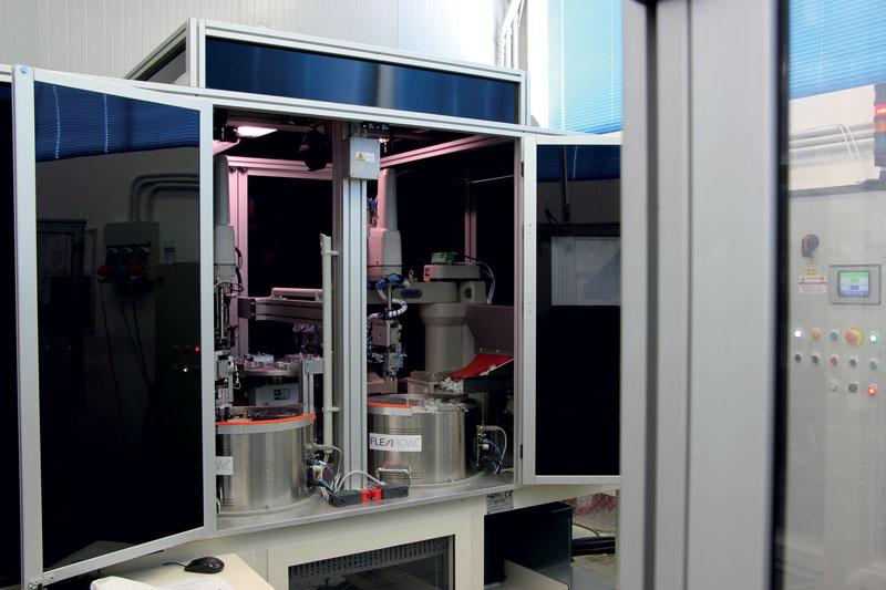 Robot semiautomatico per imbussolamento di particolari plastici con bussole in ottone.