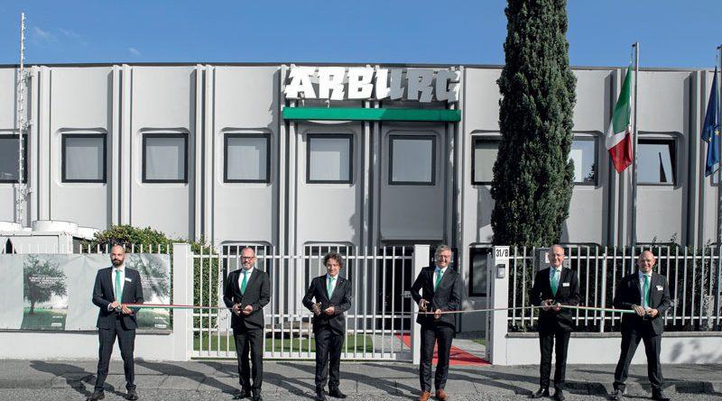 La cerimonia di inaugurazione della nuova sede della filiale italiana Arburg a Peschiera Borromeo (MI). Guido Frohnhaus (secondo da sinistra), Amministratore Delegato Tecnologia e Ingegneria Arburg; Raffaele Abbruzzetti (terzo da sinistra), Direttore Generale Arburg Italia; Gerhard Böhm (quarto da sinistra), Amministratore Delegato Vendite Arburg e Stephan Doehler (quinto da sinistra), Direttore Vendite Europeo Arburg mentre tagliano il nastro.