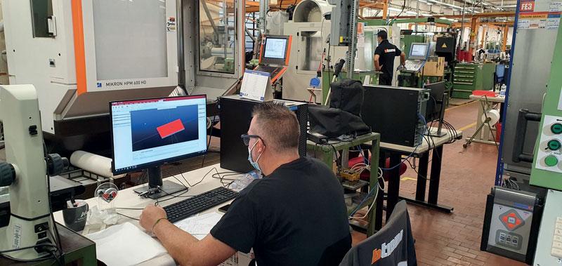 Un operatore BTicino mentre prepara il percorso utensile di una lavorazione.