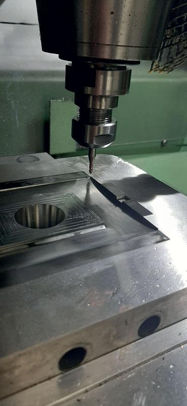 Fresa MOLDINO EHHB diametro 3 mm in fase di pre-finitura placca.