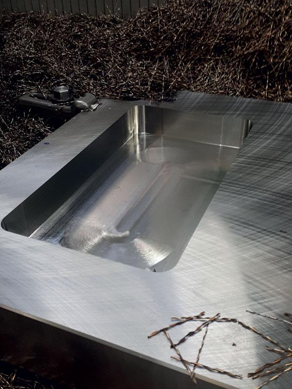 Piastra camera calda lavorata con la fresa EPSM sia in sgrossatura (trocoidale) che in finitura.