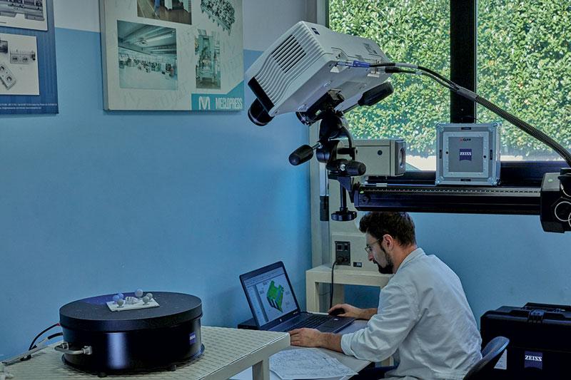 Il Reparto Qualità è dotato di macchine di misura tridimensionali, sia ottiche che a contatto, scanner 3D, nonché strumenti per il controllo delle caratteristiche fisiche/meccaniche dei materiali e per la verifica dei trattamenti superficiali.