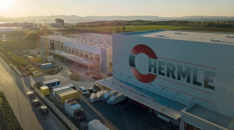 Hermle ha aperto recentemente un nuovo capannone a Zimmern Ob Rottweil, vicino a quello in cui vengono realizzati i basamenti, che ospita il nuovo reparto lamiera.