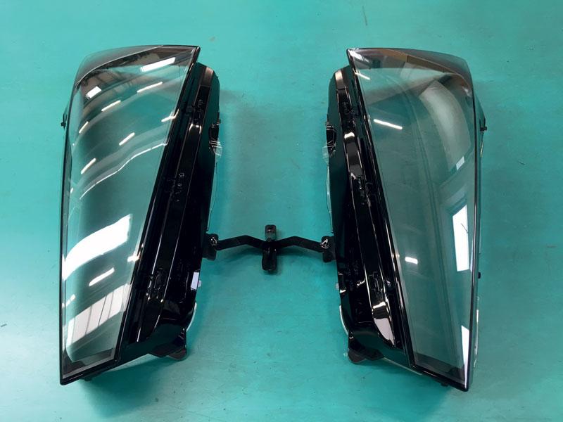 Lente esterna anteriore stampata in bi-materiale per il settore automotive.