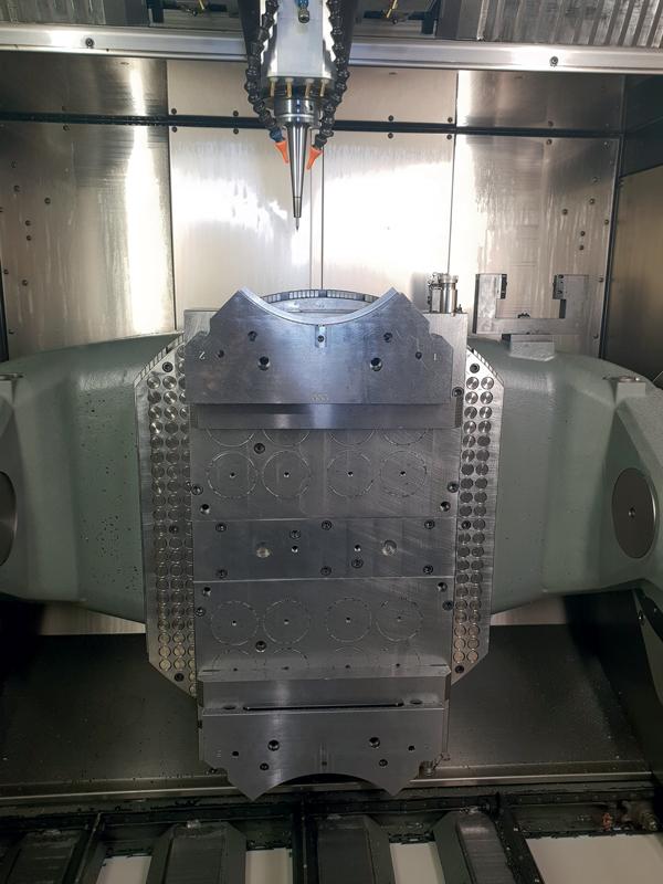 Dettaglio lavorazione di un componente stampo in acciaio bonificato con utensile MOLDINO EPDBE diametro 0,5 mm in fase di ripresa raggi.