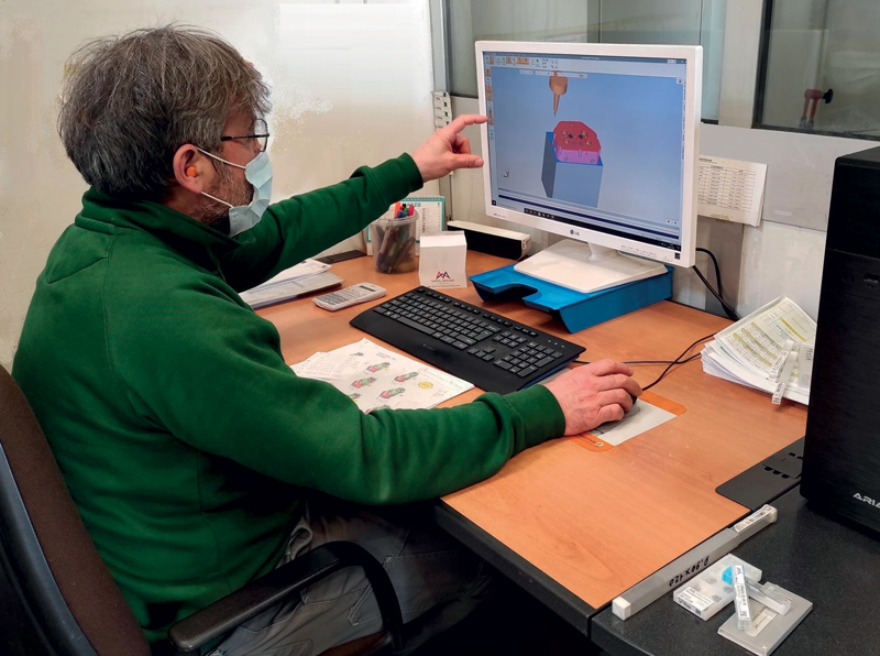 Mirko Fiordelmondo, Responsabile CAM di SCS, in fase di programmazione tramite librerie e catene standardizzate MOLDINO.