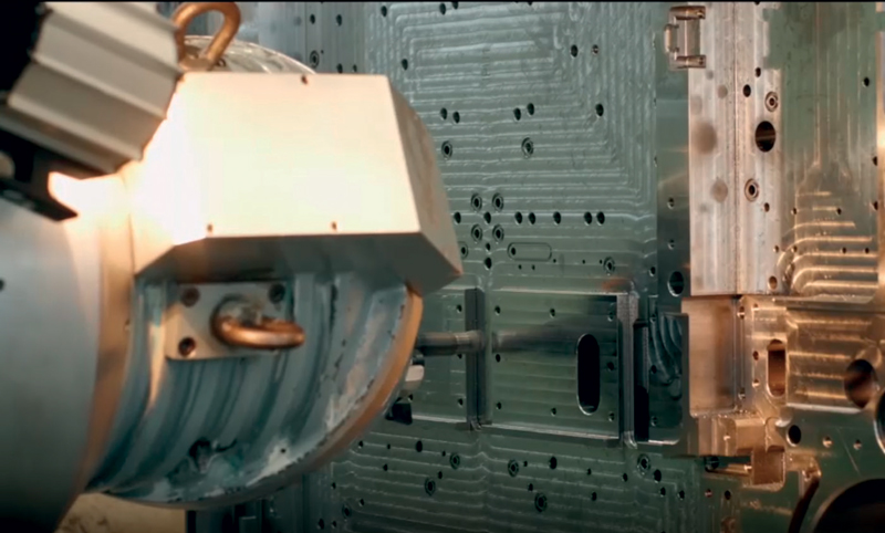 Dettaglio finitura base stampo con fresa MOLDINO ASPV diametro 25 mm.